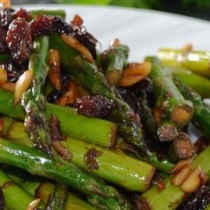Спаржа - Тёплый салат из спаржи и изюма