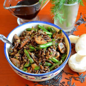 Рецепты из круп - Теплый салат с рисом, грибами и фасолью
