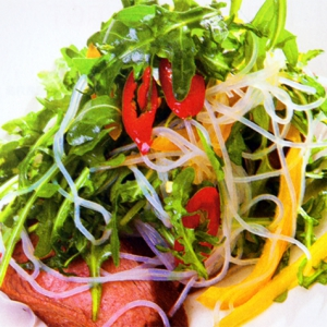 Теплый салат с уткой и лапшой