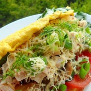 Рецепты из яиц - Теплый салат в омлете