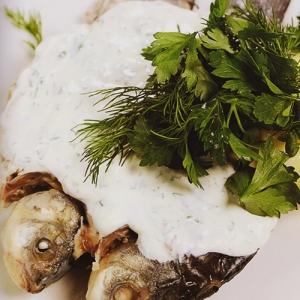 Отварная рыба - Вареные караси со сметанным соусом