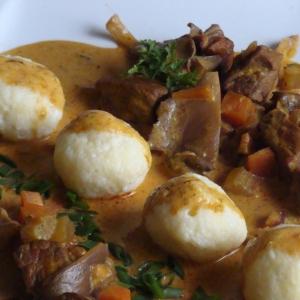Тушеное мясо - Венгерская токань с творожными клецками