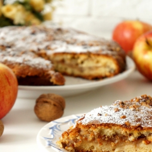 Кефир - Яблочно-ореховый пирог с сахарной крошкой