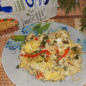 Яичница с овощами и пшеном