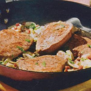 Запеченое говяжье филе с грибами и окороком
