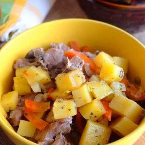 Петрушка - Жаркое с мясом индейки в горшочках